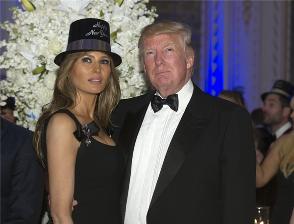 Sau đó, hai vợ chồng cùng hồi hộp theo dõi quả cầu ở Quảng trường Thời đại rơi xuống và tiếng chuông báo hiệu năm mới đã sang reo vang.