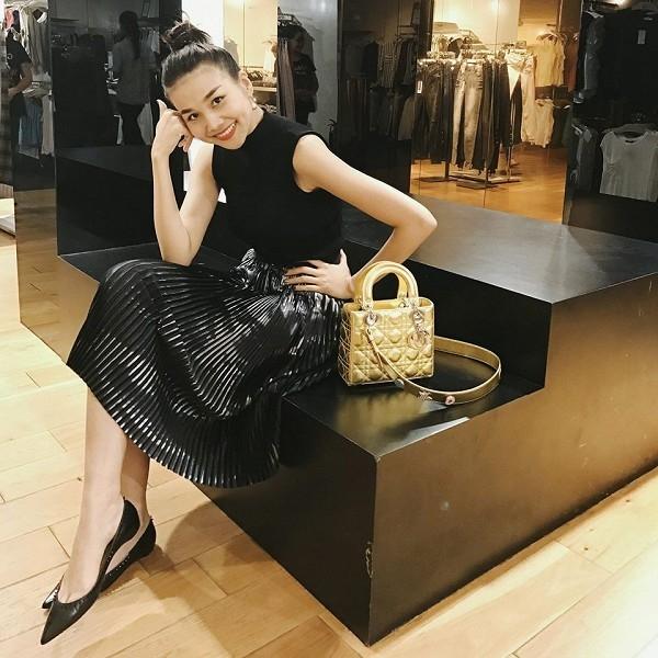 Bộ cánh với sắc đen làm chủ đạo được Thanh Hằng tạo điểm nhấn bằng chất liệu ánh kim, sắc vàng nổi bật. Chiếc túi Lady Dior với giá hơn một trăm triệu đồng thu hút ánh nhìn của người đối diện ngay từ những giây đầu tiên.