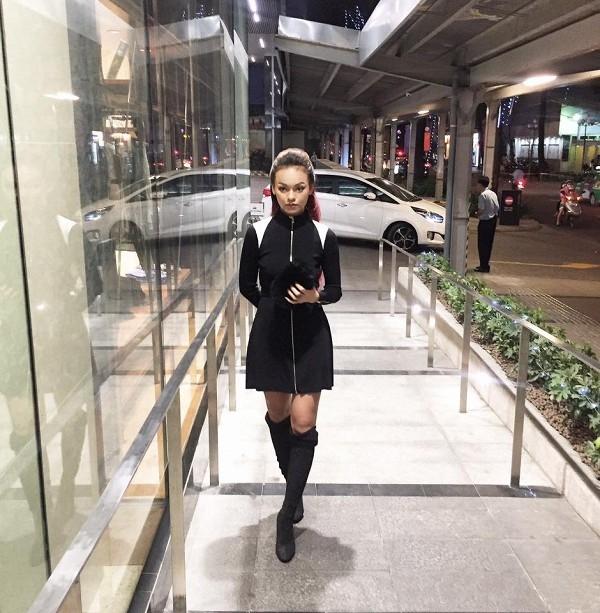 Mai Ngôcá tính với sắc đen kết hợp giữa váy cut-out ngắn trên gối cùng botts da cổ cao. Dường như khi càng ăn mặc đơn giản, nữ người mẫu càng ra chất và đẹp hơn hẳn.