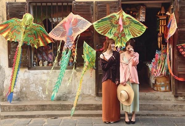 """Hai chị em Yến Trang, Yến Nhi tiếp tục lăng xê mốt váy ngủ với các tông màu pastel ngọt ngào trong ngày đầu năm mới. Phong cách đường phố của """"Song Yến"""" luôn được đánh giá cao trong những mỹ nhân của Vbiz."""