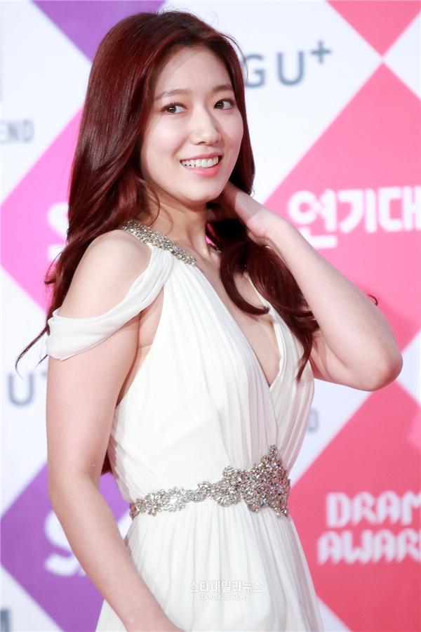 """Park Shin Hye """"đơn thân"""" đến dự lễ trao giải nhưng cô nàng vẫn vô cùng nổi bật nhờ vẻ ngoài lung linh. Chiếc đầm dài giúp ngôi sao Doctors trông sang chảnh và quý phái hơn hẳn."""