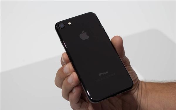 iPhone 7 phiên bản Jet Black bóng bẩy. (Ảnh: internet)