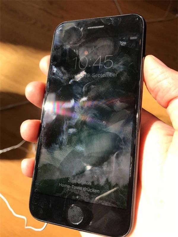Hình ảnh iPhone 7 bám vân tay kinh khủng khi trưng bàytrong Apple Store. (Ảnh: internet)