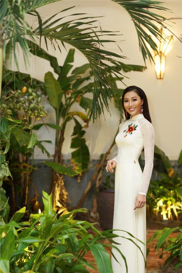 Tại buổi tiệc, Diệu Ngọc khoe dáng nuột nà trong chiếc áo dài màu trắng ngà ngọt ngào kết hợp họa tiết thêu tay đơn giản, sang trọng của nhà thiết kế Thuận Việt. Đây cũng là một trong những bộ áo dài mà cô từng mang sang Mỹ để tham gia Hoa hậu Thế giới 2016.