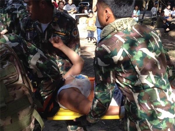Các nhân viên cứu hộ dùng cáng để đưa cô đến bệnh viện. Ảnh: Matichon.