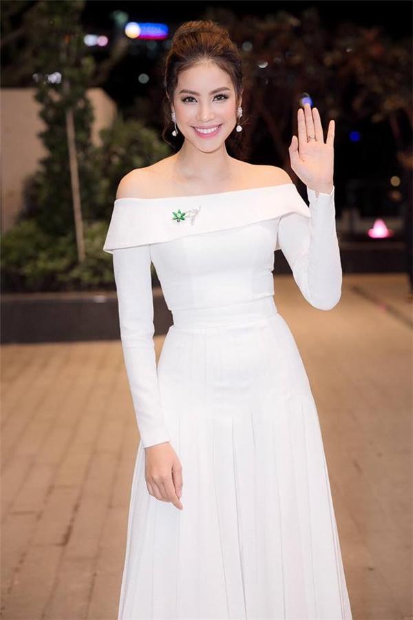 Đến chúc mừng An Nguy ra mắt dự án điện ảnh đầu tay, Hoa hậu Hoàn vũ Việt Nam 2015 lại mang đến hình ảnh quý cô thành thị điệu đà với chiếc váy trắng trễ vai đơn giản của Lê Thanh Hòa. Người đẹp 26 tuổi chọn kiểu trang điểm ngọt ngào, trẻ trung phù hợp với trang phục.