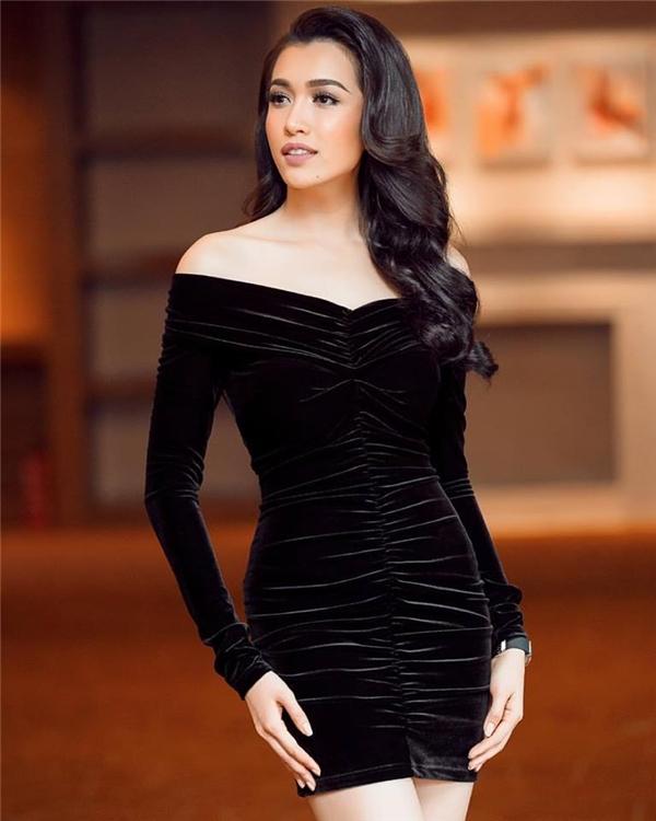 Trong tuần qua, Lệ Hằng liên tục ghi điểm với sắc đen qua 2 thiết kế: suit kết hợp bra-top bên trong; váy ngắn trên nền chất liệu nhung hợp xu hướng. Người đẹp 9X liên tục thay đổi hình ảnh theo phong cách gợi cảm, cá tính, hiện đại phù hợp với tiêu chí đánh giá của Hoa hậu Hoàn vũ. Ngày 13/1 tới đây, Lệ Hằng sẽ chính thức nhập cuộc thi đấu tại Miss Universe 2016/2017 diễn ra ở Philippines.