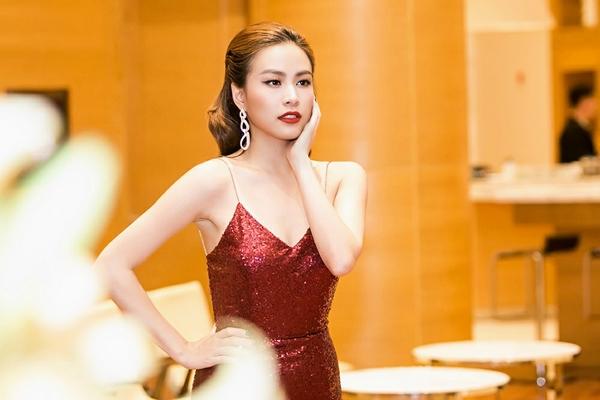 Hoàng Thùy Linh mang bầu không khí tươi vui của những ngày đầu năm đến với khán giả qua sắc đỏ rực rỡ kết hợp chất liệu sequins bắt sáng rất tốt. Bộ váy tập trung vào đường cắt giúp nữ ca sĩ phô diễn tối đa vẻ đẹp hình thể.