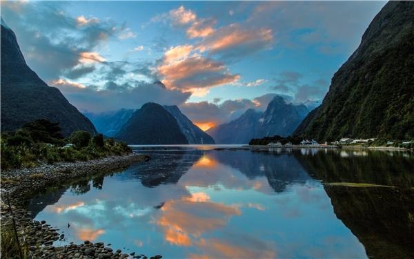 Chuyến hành trình giúp khai thác vẻ đẹp củaMilford Sound từ đêm đến ngày.