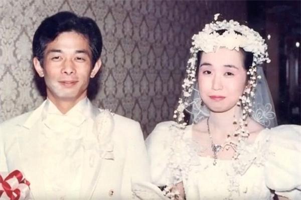 Otou và Yumihạnh phúctrong ngày cưới.