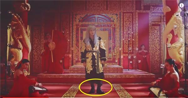 Tương tự, với bộ trang phục dành cho một vị hoàng đế, Sơn Tùng lại làm giảm sự uy nghi khi chọn kết hợp cùng giày da cổ lửng thường được các người mẫu nam chọn làm bạn đồng hành trên sàn catwalk.