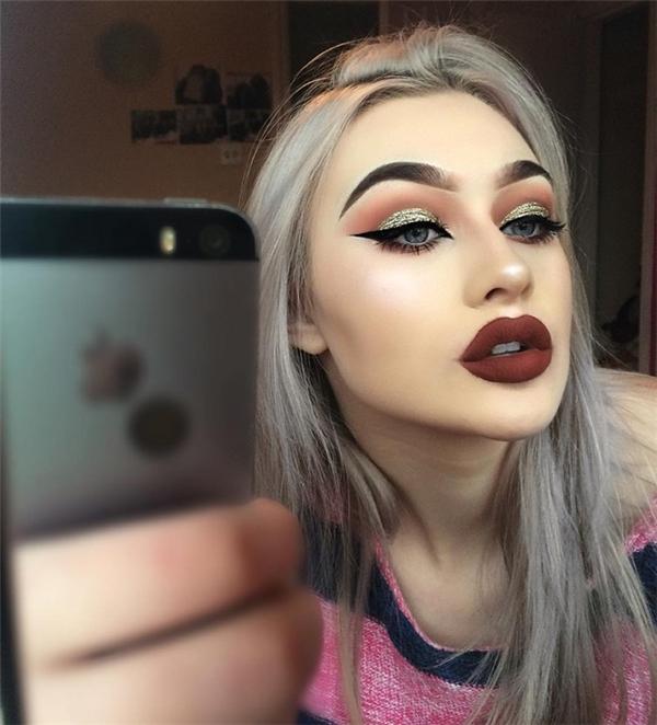 Không chỉ sở hữu đôi môi dày gợi cảm, cô nàng còn thu hút người khác bởi đôi mắt xanh và hàng mi cong vút.