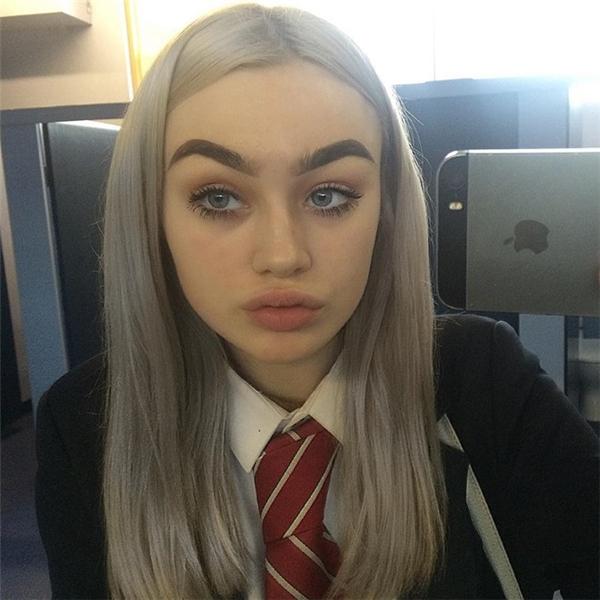 Hot girl 15 tuổi cũng từng đăng ảnh mặt mộc để phủ nhận tin đồn cho rằng cô lạm dụng dao kéo để có đôi môi gợi cảm.