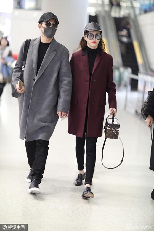 Họ luôn bên cạnh nhau không rời trong suốt chặng đường tại sân bay.