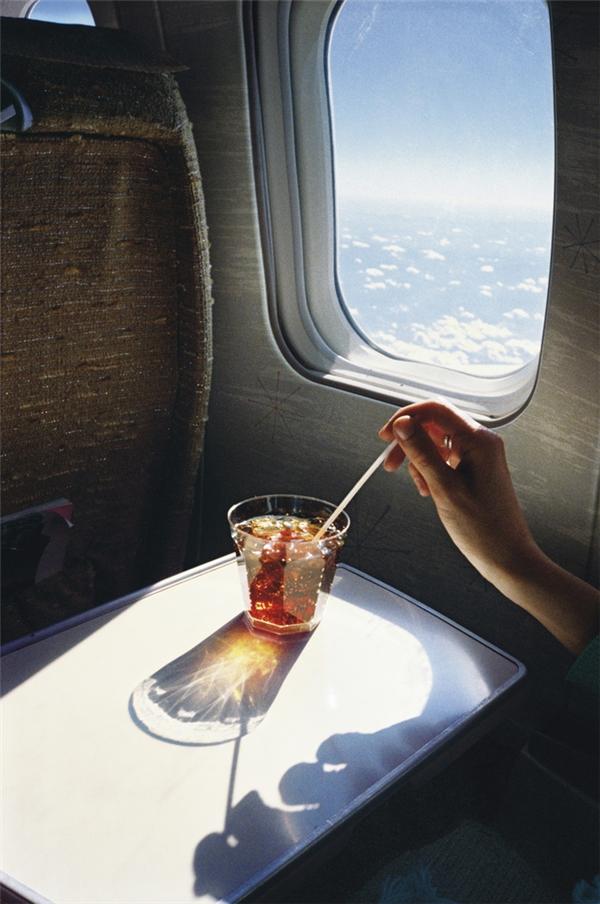 Nước uống: Thông thường bạn sẽ được phát cho một chiếc ly nhựa cùng khoảng nửa lon nước ngọt đổ vào đó, nhưng bạn có thể lịch sự hỏi xin cả lon nước. Miễn là trên máy bay không có quy định hay hạn chế nào, bạn hoàn toàn được uống hết một lon nước.