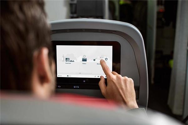 Chương trình giải trí: Tất nhiên hành khách không phải chỉ có ăn và ngủ trong suốt chuyến bay. Bạn hoàn toàn được xem miễn phí các chương trình giải trí như TV show, radio, phim ảnh, âm nhạc, game… dành riêng cho các chuyến bay.