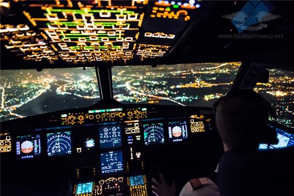 Tham quan buồng lái: Nếu bạn tò mò muốn biết phía bên trong buồng lái như thế nào, bạn có thể hỏi xin phi công cho vào đó ngắm một lát, có điều hãy đợi cho đến khi máy bay đã hạ cánh hoàn toàn chứ không được làm điều đó trong khi đang bay.