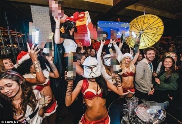 Tom Lerna, 23 tuổi, con trai của đại gia ngành chứng khoán, đã cùng đón năm mới với bạn bè ở câu lạc bộ Lavo, New York.