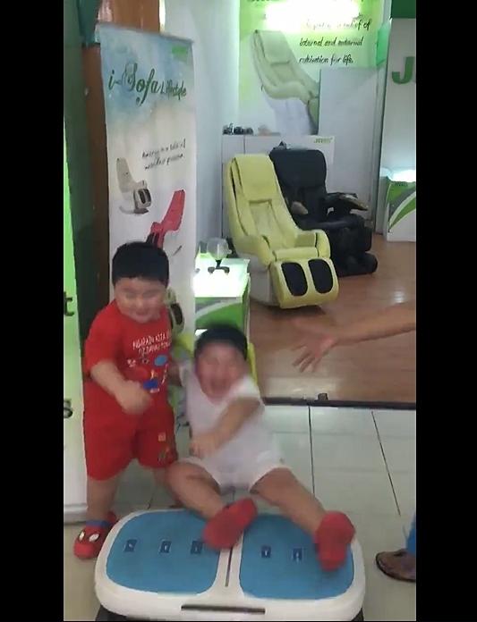Đứng, rung và cười, cặp song sinh mập thu hút hàng triệu lượt xem