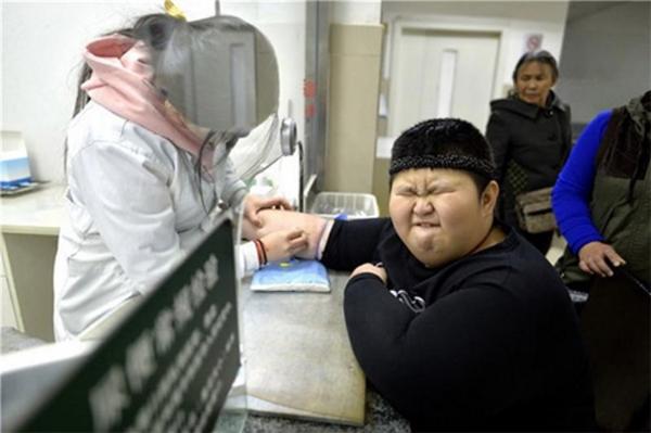 Trước số cân nặng gia tăng chóng mặt của Lý Hàng, mẹ của cậu bé đã phải chạy vạy, cầu cứu khắp nơi nhằm bảo toàn sức khoẻ, cũng như giữ lại tính mạng cho một đứa trẻ chỉ mới 9 tuổi.