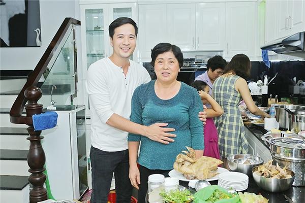 Đoàn Thanh Tài chụp hìnhvới mẹ trong nhà bếp được thiết kế rất sang trọng. - Tin sao Viet - Tin tuc sao Viet - Scandal sao Viet - Tin tuc cua Sao - Tin cua Sao