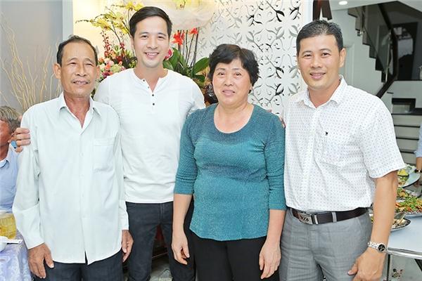 Bố mẹ và anh hai chụp ảnh cùng Đoàn Thanh Tài ngay phòng khách. - Tin sao Viet - Tin tuc sao Viet - Scandal sao Viet - Tin tuc cua Sao - Tin cua Sao