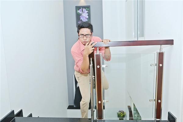 Diễn viên Ngọc Tưởng thích thú pha trò đu cầu thang được làm bằng gỗ. - Tin sao Viet - Tin tuc sao Viet - Scandal sao Viet - Tin tuc cua Sao - Tin cua Sao