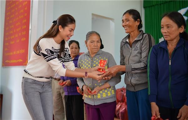 Hoa hậu Phạm Hương giản dị đi từ thiện tại miền Trung dịp đầu năm mới - Tin sao Viet - Tin tuc sao Viet - Scandal sao Viet - Tin tuc cua Sao - Tin cua Sao