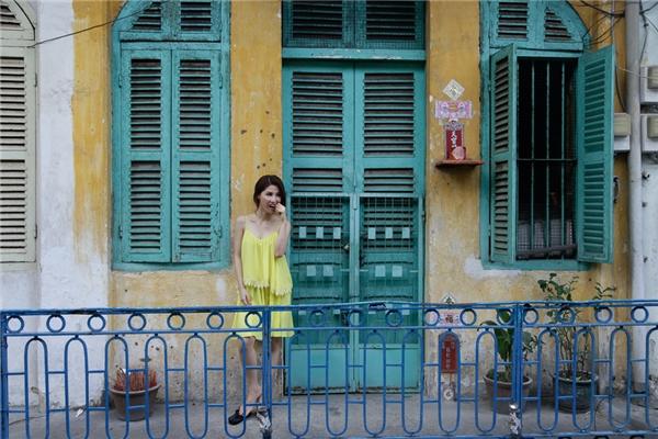 """Trong bộ phim, nữ diễn viên diện các trang phục khá """"sến"""".Những cảnh quay tại căn hộ chung cư cũ, cô diện bộ cánh màu vàng chanh. Các phụ kiện đi cùng như đôi dép xỏ ngón và kiểu trang điểm dày cộm càng khiến vẻ ngoài của Diễm My thêm phần diêm dúa. - Tin sao Viet - Tin tuc sao Viet - Scandal sao Viet - Tin tuc cua Sao - Tin cua Sao"""