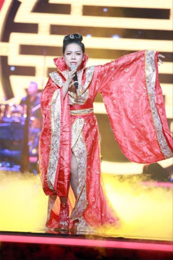 """Trên sân khấu Bài hát yêu thích, tạo hình cổ trang của nữ ca sĩ Hà Linh khiến khán giả """"dậy sóng"""" vì bị cho rằng không phù hợp với thời đại lịch sử. Theo đó, bộ trang phục mà cô diện để trình bày ca khúc mang âm hưởng dân gian Việt Nam lại là của người Trung Quốc."""