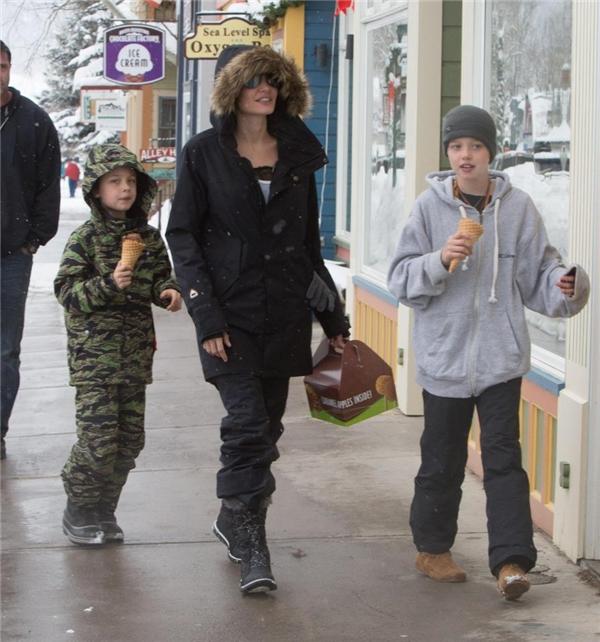 Hậu tin đồn tự tử, Angelina Jolie đưa các con đi chơi nhân dịp nghỉ lễ