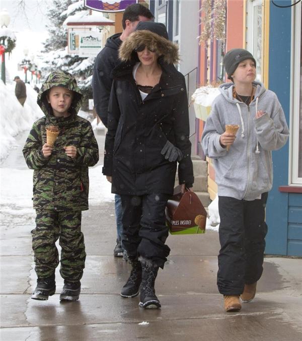 """Được biết, nữ minh tinh muốn đưa lũ trẻ đi chơi vào dịp nghỉ lễ như một nỗ lực mong muốn mang lại cuộc sống bình thường cho chúng kể từ sau cuộc ly hôn """"chấn động"""" dư luận giữa mình và Brad Pitt."""