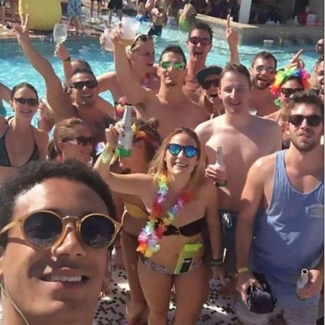 Nhân viên phấn khích trongmột buổi tiệc bể bơi do công ty tổ chức. (Ảnh: internet)