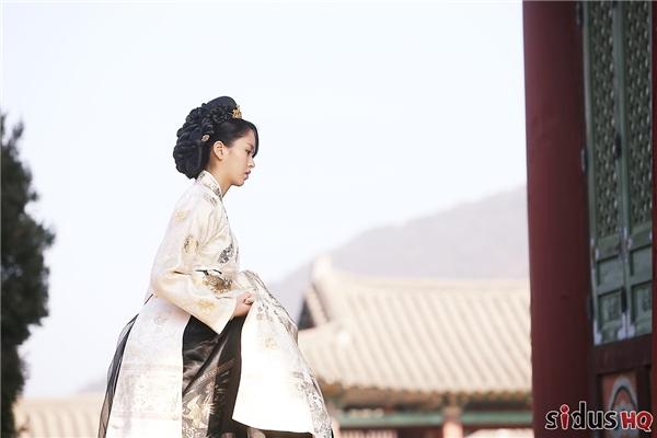 Trong Goblin, Kim So Hyun đảm nhận vai hoàng hậu trẻ tuổi phải chết dưới tay của người mình yêu là vị hoàng đế trẻ vì lòng ganh ghét của anh đối với yêu tinh Kim Shin (Gong Yoo) trong quá khứ.