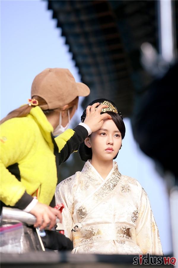 Tạo hình mái tóc búi cao và trang phục hoàng tộc không hề khiến Kim So Hyun già đi mà ngược lại, cô nàng toát lên thần thái sang trọng và trông rất quý phái.