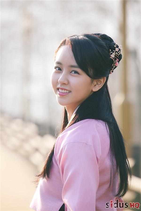 """Hiện tại, cô nàng đang bận rộn với lịch ghi hình dự án cổ trang mới của đài MBC mang tên Ruler: Master Of The Mask bên cạnh Yoo Seung Ho. Với những hình ảnh này, màn ảnh Hàn hứa hẹn sẽ đón chào một """"mĩ nhân cổ trang"""" thế hệ mới trong năm 2017 sắp tới."""