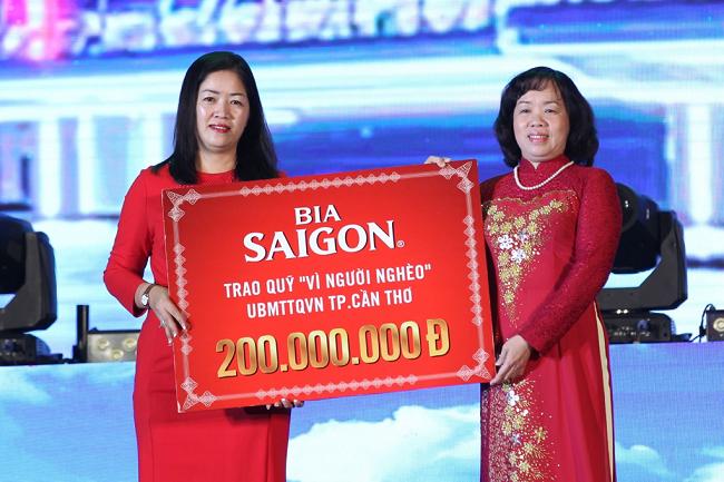 """Đại diện Bia Sài Gòn trao 200 triệu đồng cho quỹ """"Vì người nghèo"""" tại Cần Thơ."""