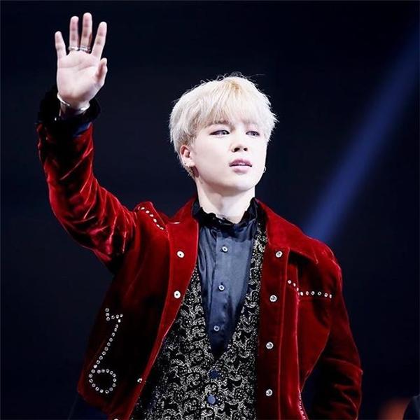 """Nhiều người vẫn nghĩ chiếc áo thuộc tuýp hàng """"độc"""" của Sơn Tùng như một vài bộ cánh trước nhưng thiết kế trên cũng từng được Ji Min BTS diện khi xuất hiện trên thảm đỏ MAMA 2016cách đây không lâu."""