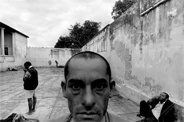 Khuôn mặt tiều tụy, hốc hác của một bệnh nhân tâm thần, đôi mắt vô hồn của anh khiến người ta phải ám ảnh. (Ảnh: Internet)