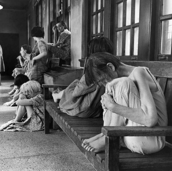 Sự cô đơn và lạnh lẽo của những bệnh nhân luôn thu mình một góc, đầy muộn phiền. (Ảnh: Internet)