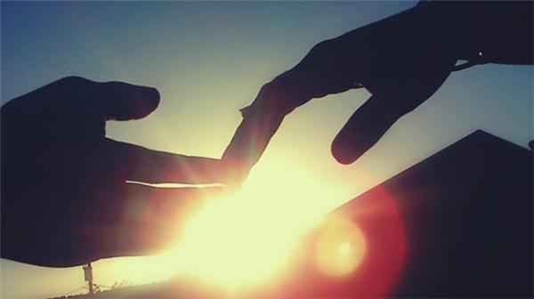 Việc chia tay và buộc phải quên đi những điều quen thuộc thật không hề dễ chịu. (Ảnh: Internet)