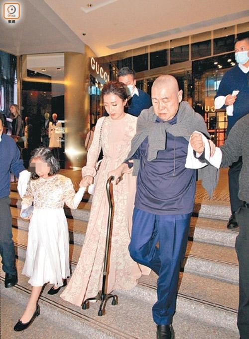 Trần Khải Vận được khen trẻ đẹp, không khác gì cháu gái khi đi bên cạnh chồng.