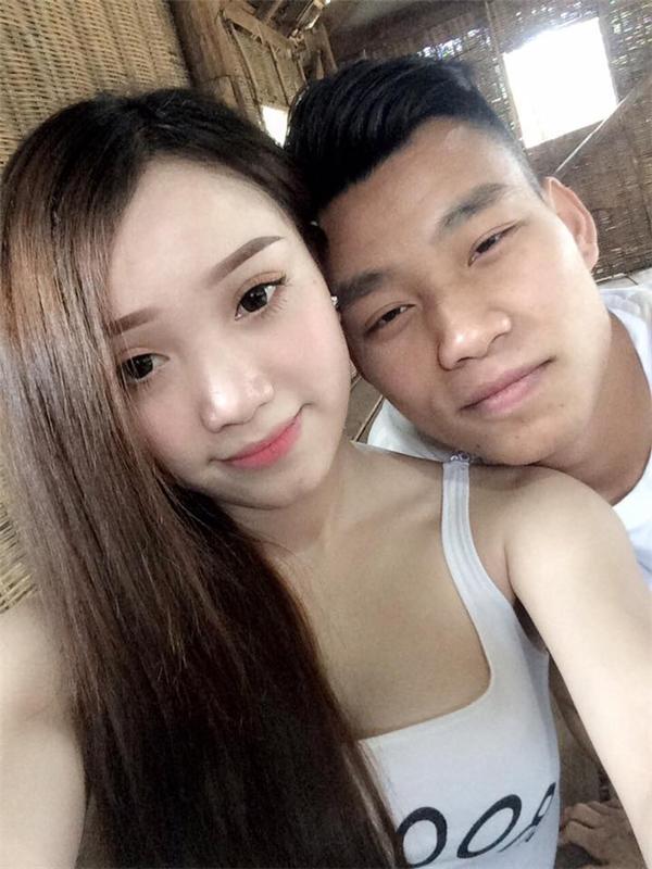 Ngay lập tức, các fan của HAGL đã đăng tải lên các diễn đàn hình ảnh Văn Thanh chụp cùng cô bạn gái xinh đẹp.