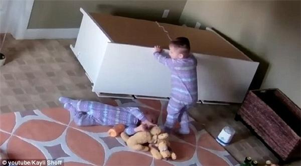 Cuối cùng Bowdy nghĩ ra cách đẩy chiếc tủ ra để em mình có thể lăn ra ngoài. Và cũng may mắn là nhờ các ngăn kéo tủ đang mở nên sức nặng của nó đè lên người Brock mới được giảm đi phần nào.