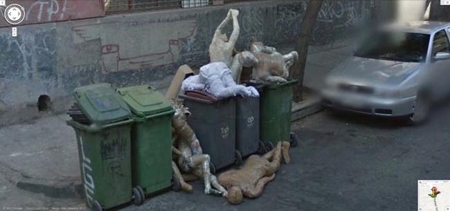 Ai lại dám đỗ xe ở gần một bãi rác kinh khủng như hiện trường án mạng thế này chứ?