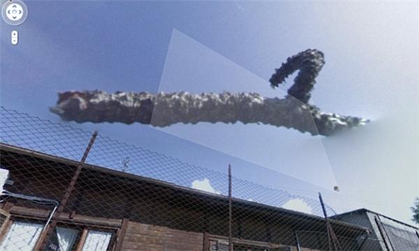 Một đám mây hình thù kỳ dị, trông như một con quái thú đến từ hành tinh khác.