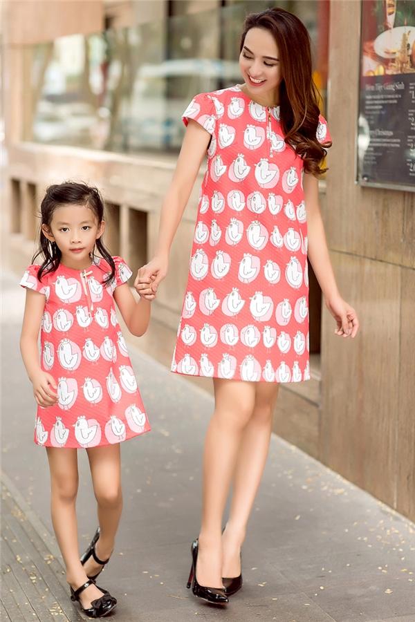 Con gái Hoa Hậu Ngọc Diễm đẹp hơn cả mẹ khi diện đồ đôi