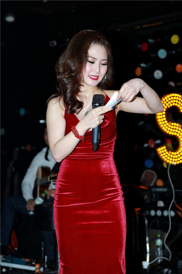 Trong chương trình, cô còn thể hiện những ca khúc mà khán giả yêu cầu. - Tin sao Viet - Tin tuc sao Viet - Scandal sao Viet - Tin tuc cua Sao - Tin cua Sao
