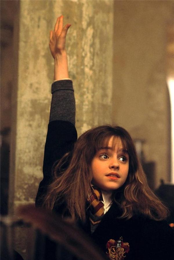 Emma Watson có vẻ vừa khó chịu vừa dễ mến của cô nàng mọt sách Hermione.(Ảnh: Internet)
