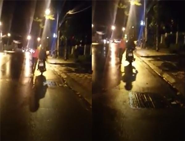 """Hỏng xe giữa đường, """"soái ca"""" dắt xe chở bạn gái dưới trời mưa"""